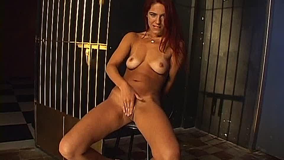 anytha cordeiro rubbelt ihre fut und pisst auf den boden